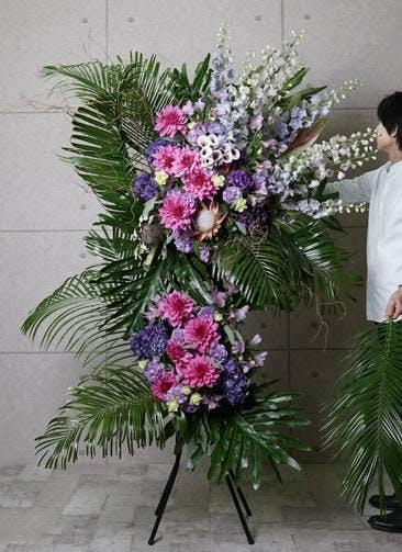 【全国配送】 紫系 フローリストにお任せ 季節のお祝いスタンド花 70,000円 2段スタンダードタイプ