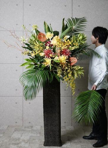 【東京・大阪圏のみ】 黄色・オレンジ系 フローリストにお任せ 季節のお祝いスタンド花 25,000円 カゴタイプ