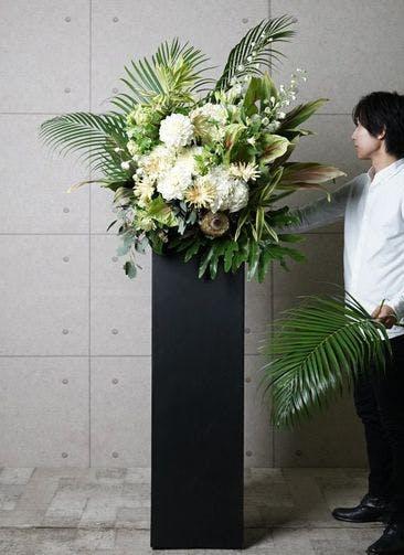 【東京・大阪圏のみ】 白系 フローリストにお任せ 季節のお祝いスタンド花 25,000円 スクエアタイプ