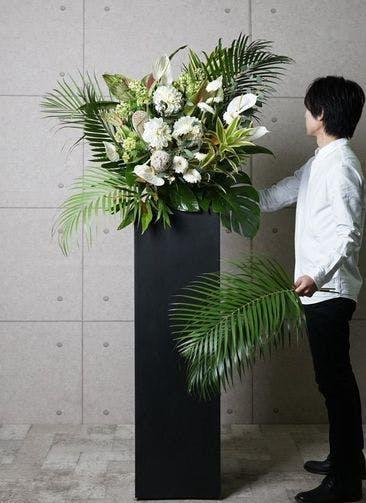 【東京・大阪圏のみ】 白系 フローリストにお任せ 季節のお祝いスタンド花 15,000円 スクエアタイプ