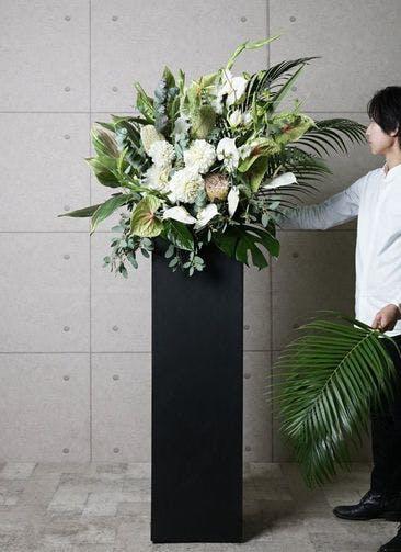 【東京・大阪圏のみ】 白系 フローリストにお任せ 季節のお祝いスタンド花 20,000円 スクエアタイプ