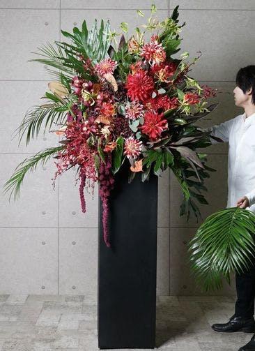 【東京・大阪圏のみ】 赤系 フローリストにお任せ 季節のお祝いスタンド花 50,000円 スクエアタイプ