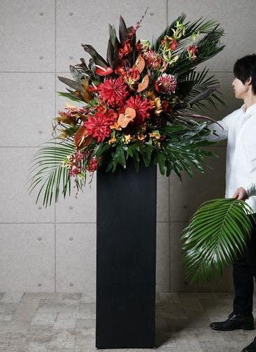 【東京・大阪圏のみ】 赤系 フローリストにお任せ 季節のお祝いスタンド花 25,000円 スクエアタイプ