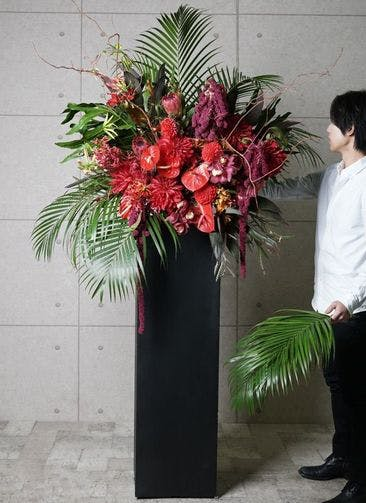 【東京・大阪圏のみ】 赤系 フローリストにお任せ 季節のお祝いスタンド花 30,000円 スクエアタイプ