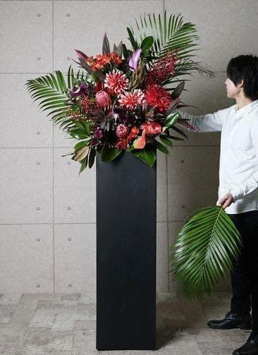 【東京・大阪圏のみ】 赤系 フローリストにお任せ 季節のお祝いスタンド花 15,000円 スクエアタイプ