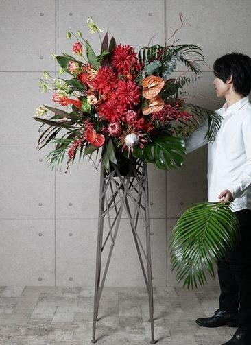 【東京・大阪圏のみ】 赤系 フローリストにお任せ 季節のお祝いスタンド花 20,000円 ブランチタイプ
