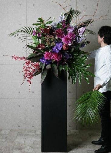 【東京・大阪圏のみ】 紫系 フローリストにお任せ 季節のお祝いスタンド花 25,000円 スクエアタイプ