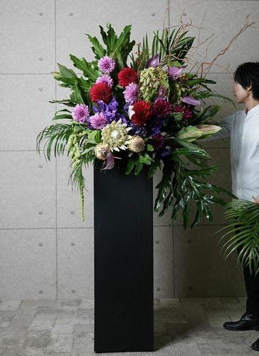 【東京・大阪圏のみ】 紫系 フローリストにお任せ 季節のお祝いスタンド花 50,000円 スクエアタイプ