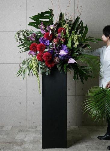 【東京・大阪圏のみ】 紫系 フローリストにお任せ 季節のお祝いスタンド花 30,000円 スクエアタイプ