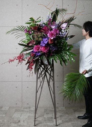 【東京・大阪圏のみ】 紫系 フローリストにお任せ 季節のお祝いスタンド花 25,000円 ブランチタイプ