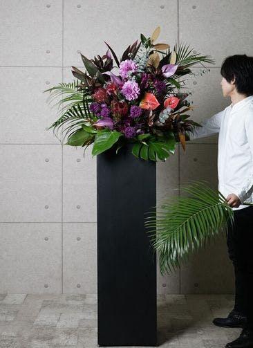 【東京・大阪圏のみ】 紫系 フローリストにお任せ 季節のお祝いスタンド花 15,000円 スクエアタイプ