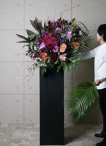 【東京・大阪圏のみ】 紫系 フローリストにお任せ 季節のお祝いスタンド花 20,000円 スクエアタイプ