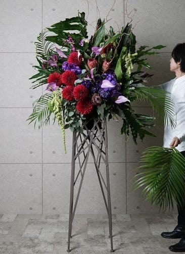 【東京・大阪圏のみ】 紫系 フローリストにお任せ 季節のお祝いスタンド花 30,000円 ブランチタイプ