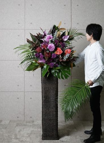 【東京・大阪圏のみ】 紫系 フローリストにお任せ 季節のお祝いスタンド花 15,000円 カゴタイプ