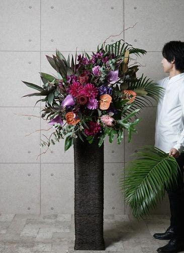 【東京・大阪圏のみ】 紫系 フローリストにお任せ 季節のお祝いスタンド花 20,000円 カゴタイプ