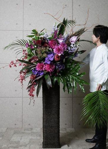 【東京・大阪圏のみ】 紫系 フローリストにお任せ 季節のお祝いスタンド花 25,000円 カゴタイプ