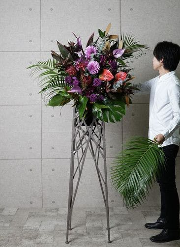 【東京・大阪圏のみ】 紫系 フローリストにお任せ 季節のお祝いスタンド花 15,000円 ブランチタイプ