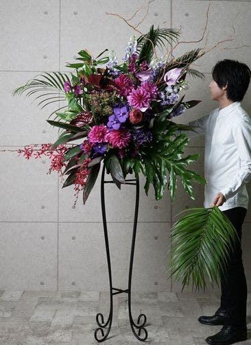 【東京・大阪圏のみ】 紫系 フローリストにお任せ 季節のお祝いスタンド花 25,000円 アーチタイプ