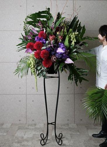【東京・大阪圏のみ】 紫系 フローリストにお任せ 季節のお祝いスタンド花 30,000円 アーチタイプ