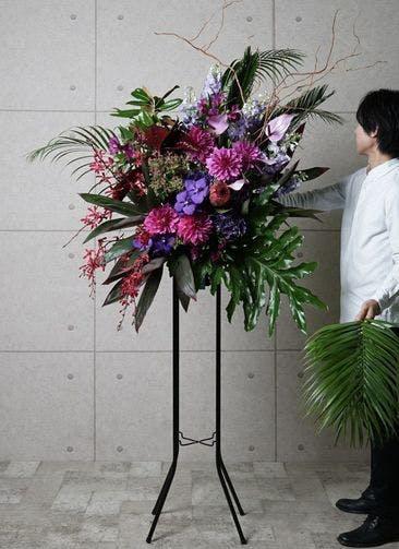【全国配送】 紫系 フローリストにお任せ 季節のお祝いスタンド花 25,000円 1段スタンダードタイプ