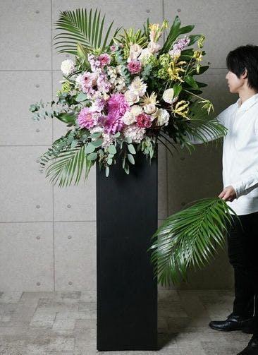 【東京・大阪圏のみ】 ピンク系 フローリストにお任せ 季節のお祝いスタンド花 20,000円 スクエアタイプ