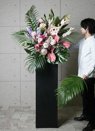 【東京・大阪圏のみ】 ピンク系 フローリストにお任せ 季節のお祝いスタンド花 15,000円 スクエアタイプ
