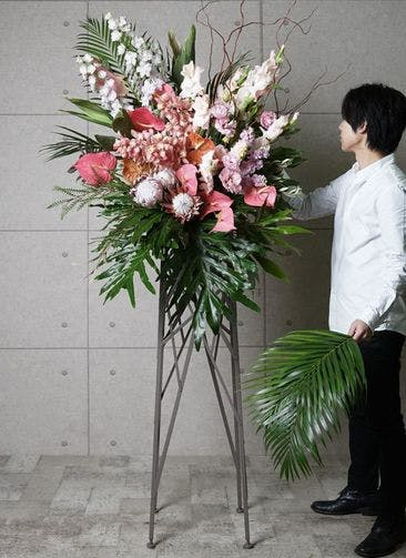【東京・大阪圏のみ】 ピンク系 フローリストにお任せ 季節のお祝いスタンド花 25,000円 ブランチタイプ