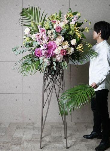 【東京・大阪圏のみ】 ピンク系 フローリストにお任せ 季節のお祝いスタンド花 20,000円 ブランチタイプ