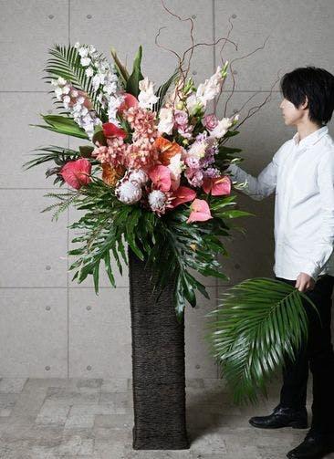 【東京・大阪圏のみ】 ピンク系 フローリストにお任せ 季節のお祝いスタンド花 25,000円 カゴタイプ