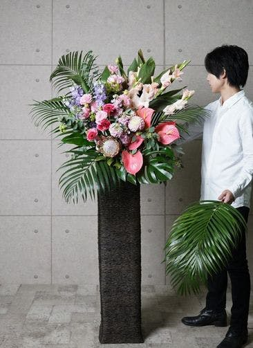 【東京・大阪圏のみ】 ピンク系 フローリストにお任せ 季節のお祝いスタンド花 15,000円 カゴタイプ