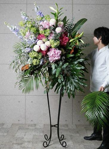 【東京・大阪圏のみ】 ピンク系 フローリストにお任せ 季節のお祝いスタンド花 50,000円 アーチタイプ