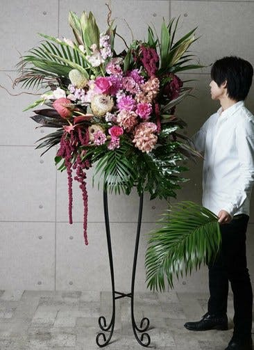 【東京・大阪圏のみ】 ピンク系 フローリストにお任せ 季節のお祝いスタンド花 30,000円 アーチタイプ