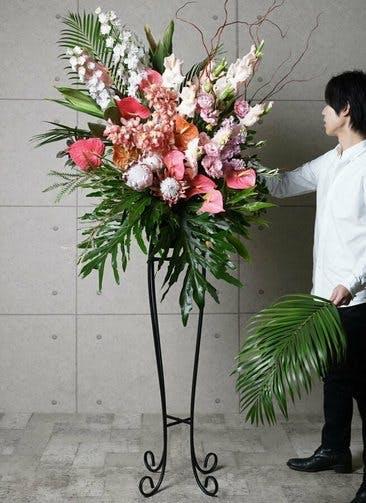 【東京・大阪圏のみ】 ピンク系 フローリストにお任せ 季節のお祝いスタンド花 25,000円 アーチタイプ
