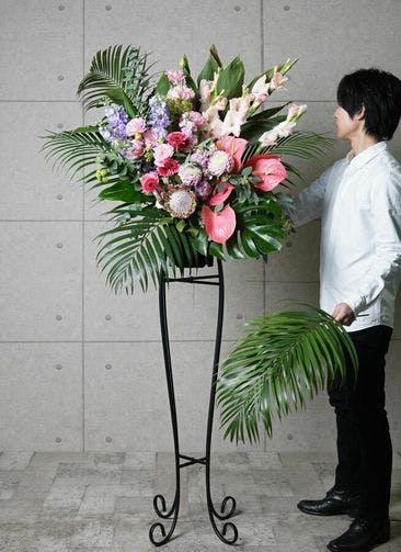 【東京・大阪圏のみ】 ピンク系 フローリストにお任せ 季節のお祝いスタンド花 15,000円 アーチタイプ