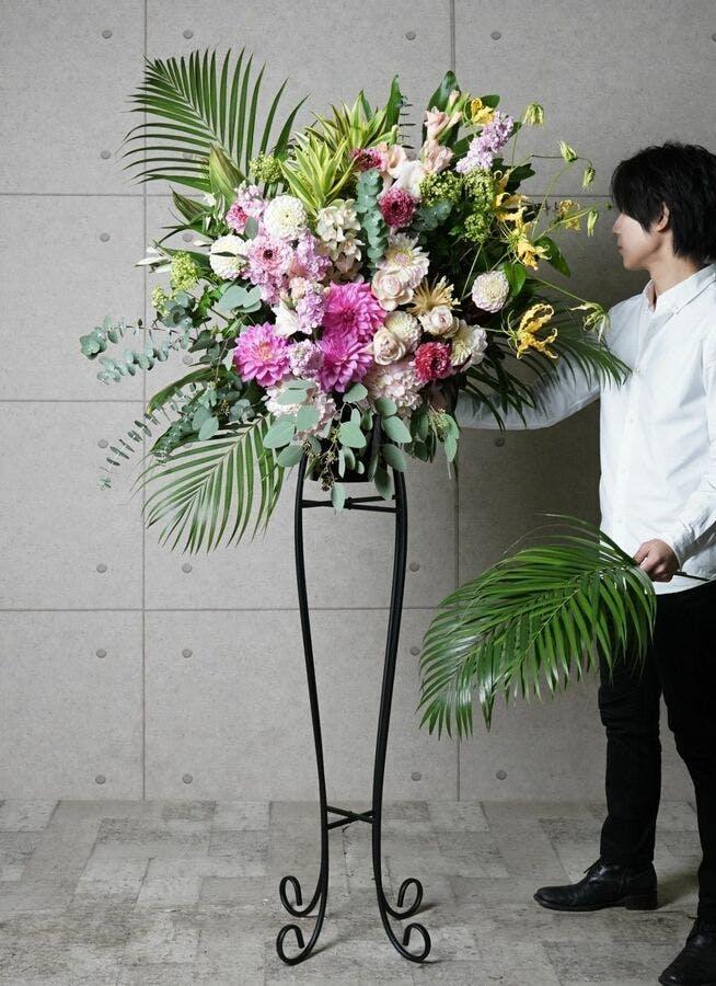 【東京・大阪圏のみ】 ピンク系 フローリストにお任せ 季節のお祝いスタンド花 20,000円 アーチタイプ
