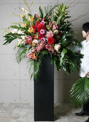 【東京・大阪圏のみ】 フローリストにお任せ 季節のお祝いスタンド花 50,000円 スクエアタイプ