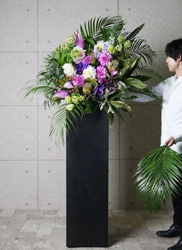 【東京・大阪圏のみ】 フローリストにお任せ 季節のお祝いスタンド花 20,000円 スクエアタイプ