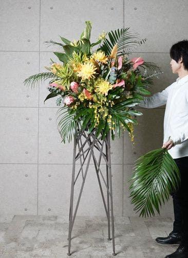 【東京・大阪圏のみ】 フローリストにお任せ 季節のお祝いスタンド花 15,000円 ブランチタイプ
