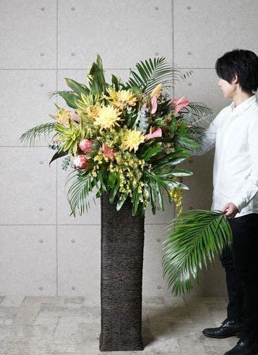 【東京・大阪圏のみ】 フローリストにお任せ 季節のお祝いスタンド花 15,000円 カゴタイプ